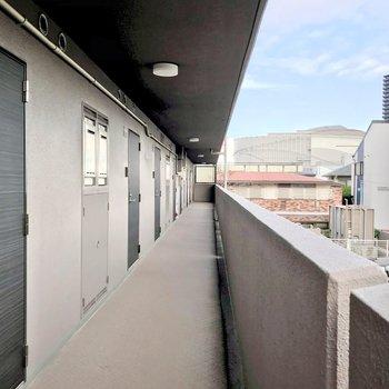 共用廊下は外に面しています。先には大型商業施設があり、毎日のお買い物にも大活躍しそう。