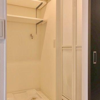 サニタリーもきれいに。洗濯機置場上の棚が便利。