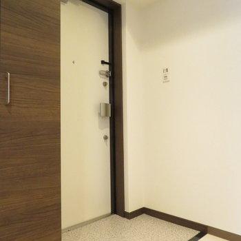 玄関はコンパクトですが※写真は反転間取り別部屋のものです