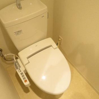 トイレは温水洗浄便座付きです※写真は反転間取り別部屋のものです