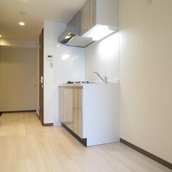 キッチン周りが結構広めです※写真は反転間取り別部屋のものです