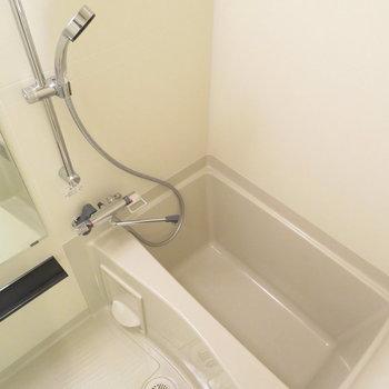 大きなシャワーヘッドが嬉しい※写真は反転間取り別部屋のものです