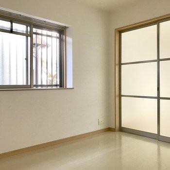 引き戸を閉め切ってもこの明るさ♬(※写真は1階の反転間取り別部屋のものです)