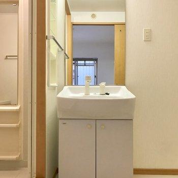 コンパクトな独立洗面台。でも鏡は大きい!(※写真は1階の反転間取り別部屋のものです)