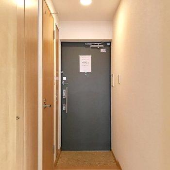 優しい配色の玄関スペース。(※写真は1階の反転間取り別部屋のものです)