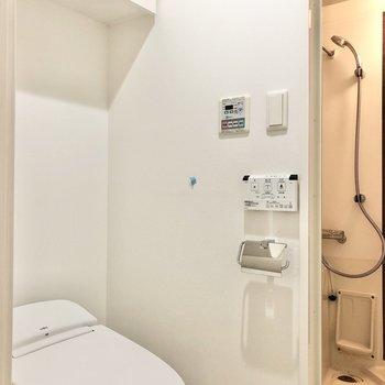 その隣の扉にトイレ。※写真は2階の同間取り別部屋のものです