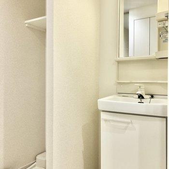 キッチン後ろに洗濯機置場と洗面台が並びます。※写真は2階の同間取り別部屋のものです