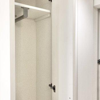 縦長の収納がこちらにあります。ハンガーポール付きです。※写真は2階の同間取り別部屋のものです