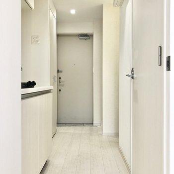 機能性が詰まった廊下へ行きます。※写真は2階の同間取り別部屋のものです