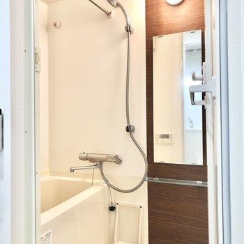 奥にバスルームがあります。浴室乾燥機付きです。※写真は2階の同間取り別部屋のものです