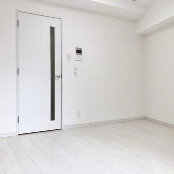 6帖ほどなので家具は背の高さを統一してみてくださいね。※写真は2階の同間取り別部屋のものです