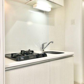 キッチンです。白くて清潔感がありますね。※写真は2階の同間取り別部屋のものです