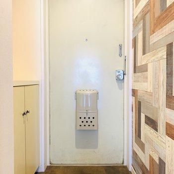 温かみのある淡い玄関扉が可愛らしい。