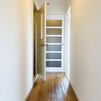 右は洋室、中央は玄関、左はユーティリティーにアクセス。