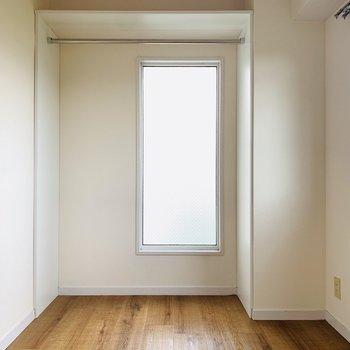 コンパクトな洋室。正面にはハンガーパイプがあるので丈の長いお洋服はこちらに。