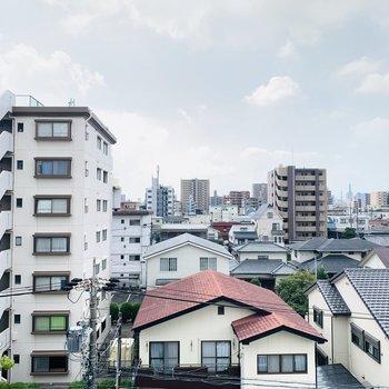 正面は住宅街ですが、低い建物が多いので開けています。