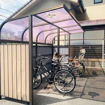 屋根付き自転車置き場。