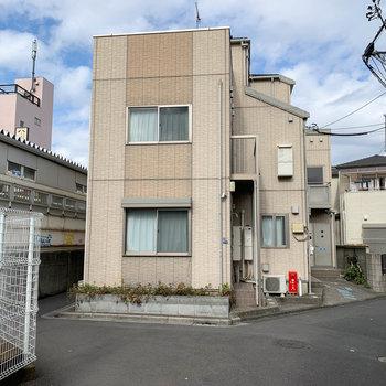 アパートの左側は駅のホームです
