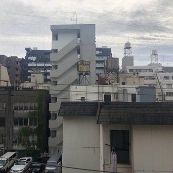 バルコニーからの眺望。ビル群が並びます。