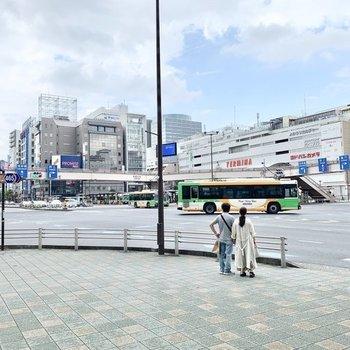 駅周辺は、大型商業施設や飲食店など様々なお店で賑わってます。