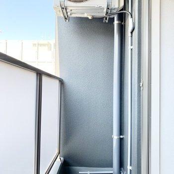 室外機が上に付いてます。物干し台を置けるスペースはありますよ。