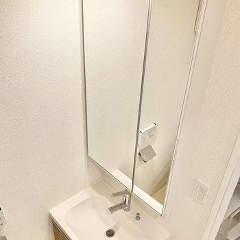 鏡が大きくてスタイルチェックができる洗面台。