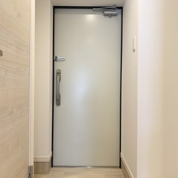 玄関はコンパクトですが・・(※写真は7階の同間取り別部屋のものです)