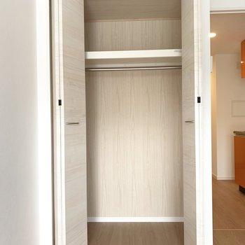 クローゼットには、季節物の服や家電を収納しておこう。(※写真は7階の同間取り別部屋のものです)
