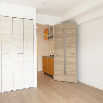 明るめトーンの床やドアで、お部屋の雰囲気もげんきっこ。(※写真は7階の同間取り別部屋のものです)