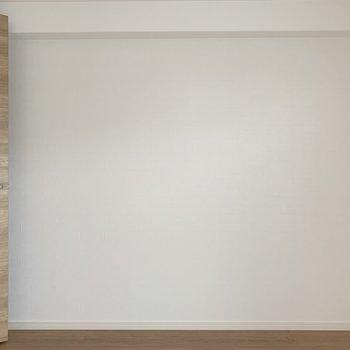 普通の真っ白な壁、、ではなく、、(※写真は7階の同間取り別部屋のものです)