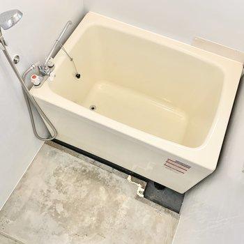 お風呂場はモルタルの海外チックに。