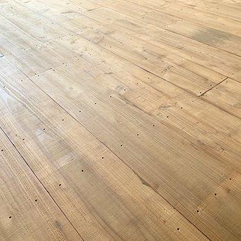 フローリングには無垢の足場板が。