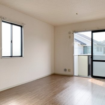 【リビング12帖】角部屋なので窓が2つ。風通しも良いですね◎