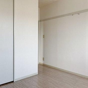 【洋室6帖】壁にあるフックにはファッション小物をかけて見せる収納に!