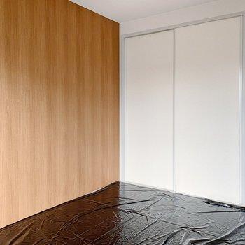 【和室6帖】木目調のクロスが1面に。(※畳の張替え前の写真です)