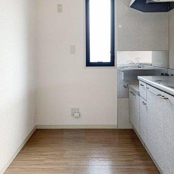 さてさてキッチンへ。冷蔵庫はもちろん、食器棚や食材ストックも置けそう。
