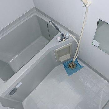 お風呂はシンプル。壁沿いにシャンプーラックを置いて、まとめて収納しましょう。(※写真はフラッシュを使用しています)