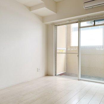 ベッドは窓側に置くと、お部屋を広く使えそう。テレビ端子も端にあるので、延長コードがあると便利です◯