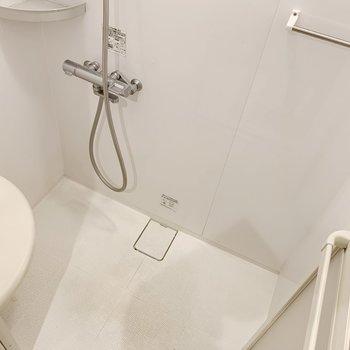 シャワールームには、腰掛けが!湯船に浸らなくても、疲れが取れそうな…。