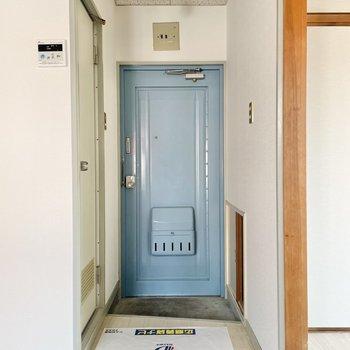水色の扉がまた可愛いの。手前にはミニラックを置いて、雑貨や鍵を可愛く並べたいな〜