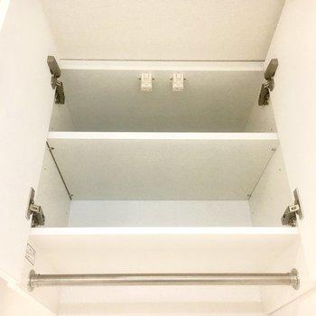 上部には扉付き収納があります。ちょっと高さがあるので届かない方は近くに脚立を用意しておきましょう。