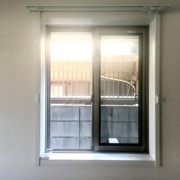 北東側の小窓からはお隣さんがちらり。換気用に使いましょう。