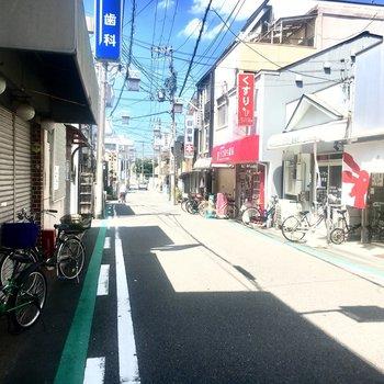 【周辺環境】駅前は本屋さんと和菓子屋さんがあります。