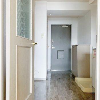 廊下へ出ると、右側にキッチン、左側にお風呂があります。(※写真は6階の同間取り別部屋のものです)