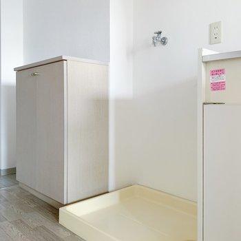 お隣に洗濯機置き場。室内なのが、嬉しい。(※写真は6階の同間取り別部屋のものです)