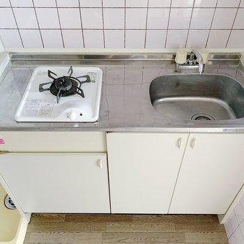 キッチンはきゅっとコンパクト。フライパン1つで調理できる料理を…!(※写真は6階の同間取り別部屋のものです)
