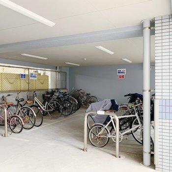 駐輪場は1階部分に。屋根下なので雨の日も安心ですね。