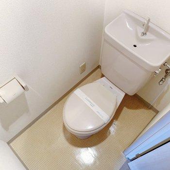 トイレはシンプルです。おしゃれなカバーを買いたいな〜。(※写真は6階の同間取り別部屋のものです)