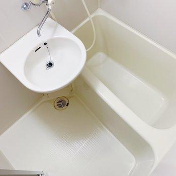 お風呂は2点ユニットタイプ。朝の身支度は、さささっと!(※写真は6階の同間取り別部屋のものです)