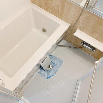 お風呂、洒落てます◯特に四角形の浴槽がステキ。